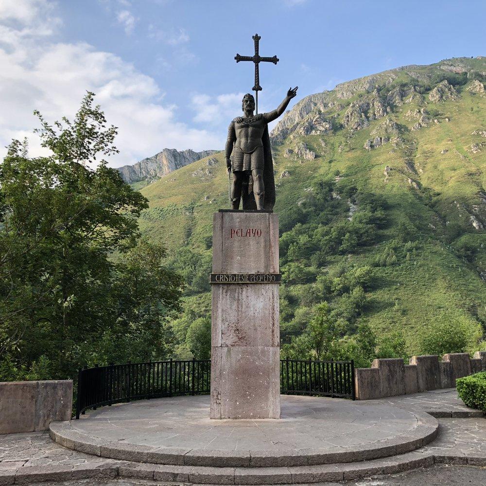 Estatua de Don Pelayo, primer rey de Asturias.