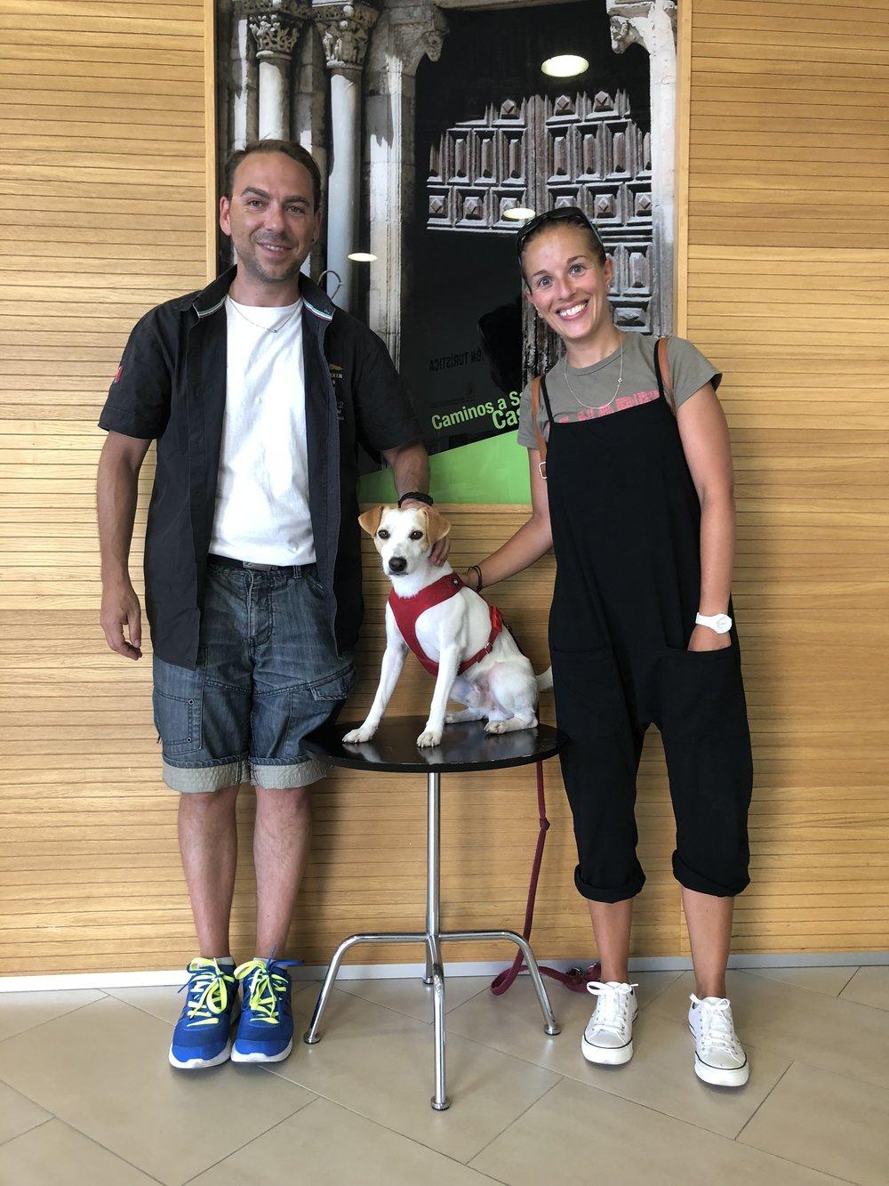 Con Roberto y Arantxa en la Oficina de Turismo de León.