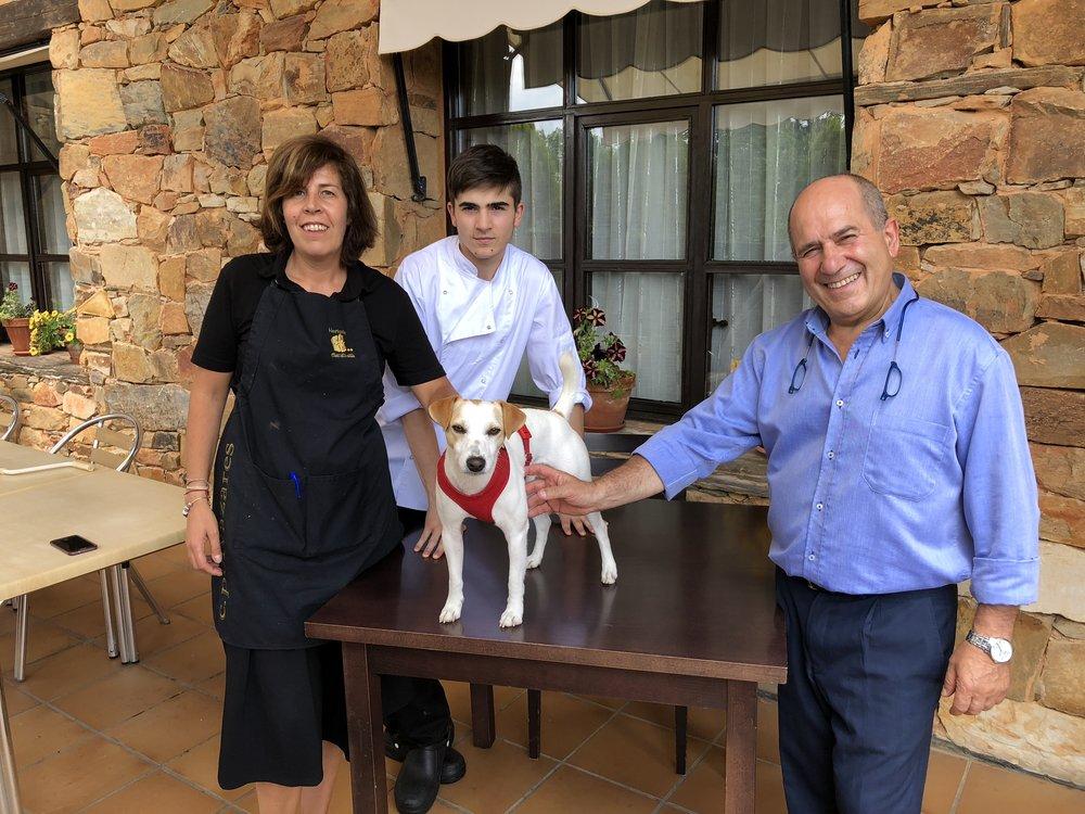 Con Ana, Miguel y Miguel en Cuca La Vaina, en Castrillo de los Polvazares.