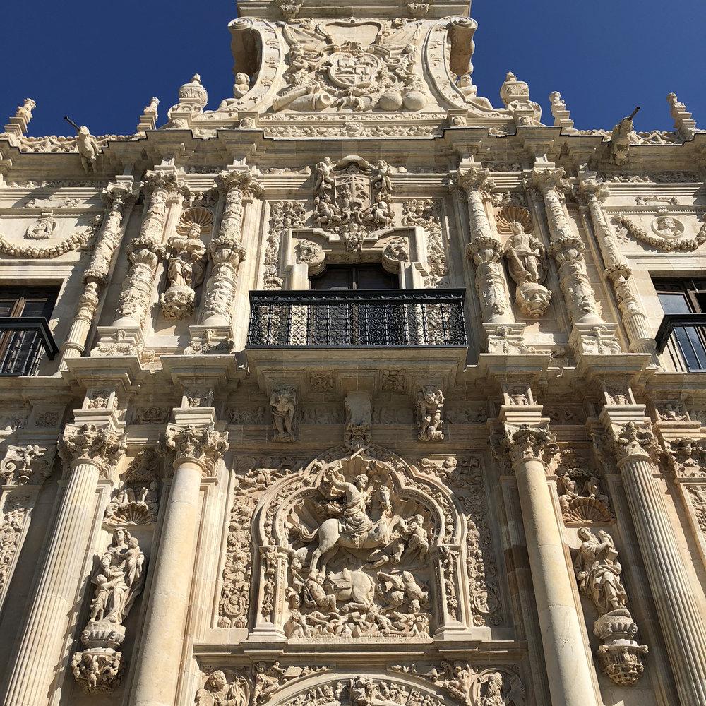 Fachada del Hostal de San Marcos, construido en el siglo XVI.