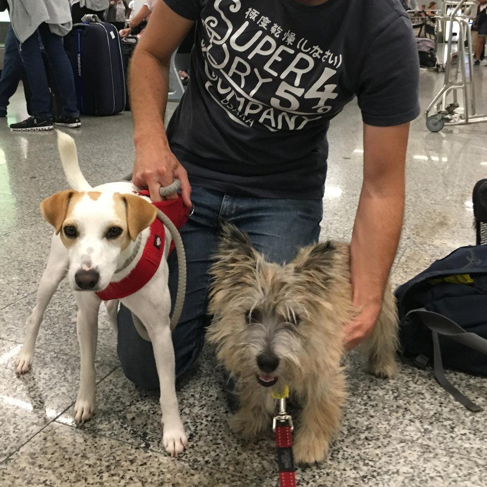Con una amiga en el aeropuerto.