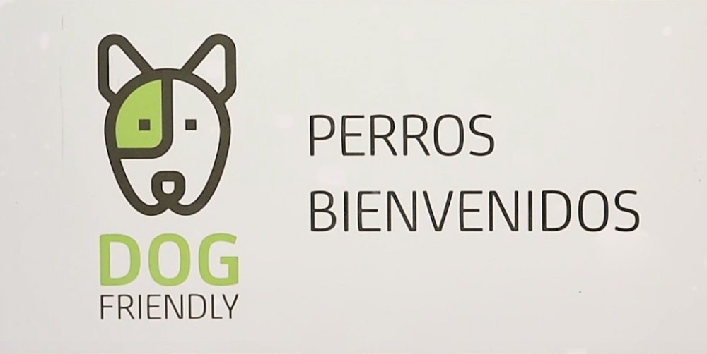 Distintivo dog friendly que lucen las oficinas de Bankia.