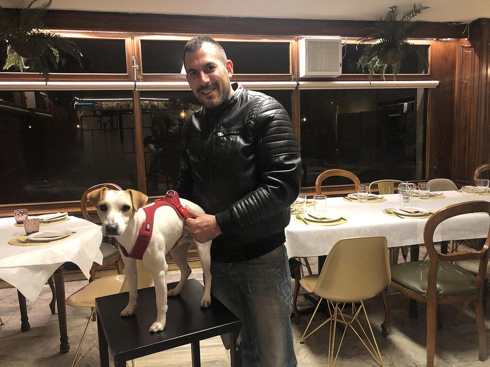 Pipper con Diego, de Soria Perruna, en el bar restaurante La Isla.