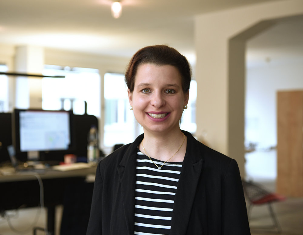 Sophie Hundertmark, Partnerin Paixon GmbH und Gründerin von ai Zuerich - Von Sophie Hundertmark, Partnerin Paixon GmbH und Gründerin von aiZuerich will ich wissen, wie man Chatbot Expertin wird und warum gerade jetzt der richtige Zeitpunkt für die Erstlancierung der AI in Marketing Konferenz ist. Als kleines Goodie ist im Interview auch eine Artikel-Sammlung enthalten, die einfach erklärt, was Chatbots überhaupt sind und können.