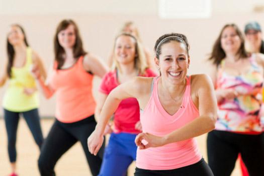 CARDIO DANCE - Allenamento dinamico, energetico e divertente che si basa su stili di ballo differenti e pre-coreografati. Offre un lavoro cardio completo per tutto il corpo grazie al ritmo dei movimenti e alla musica estremamente coinvolgente.