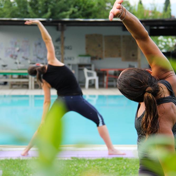 Yoga - Miscela unica di Ashtanga e Yin Yoga svolta a ritmo di musica contemporanea. Dopo un breve riscaldamento, le tradizionali posizioni di yoga si susseguono in una sequenza dinamica e fluida che consente al corpo di allungarsi, tonificarsi e disintossicarsi. J Yoga vi lascerà energizzati e felici dalla testa ai piedi.