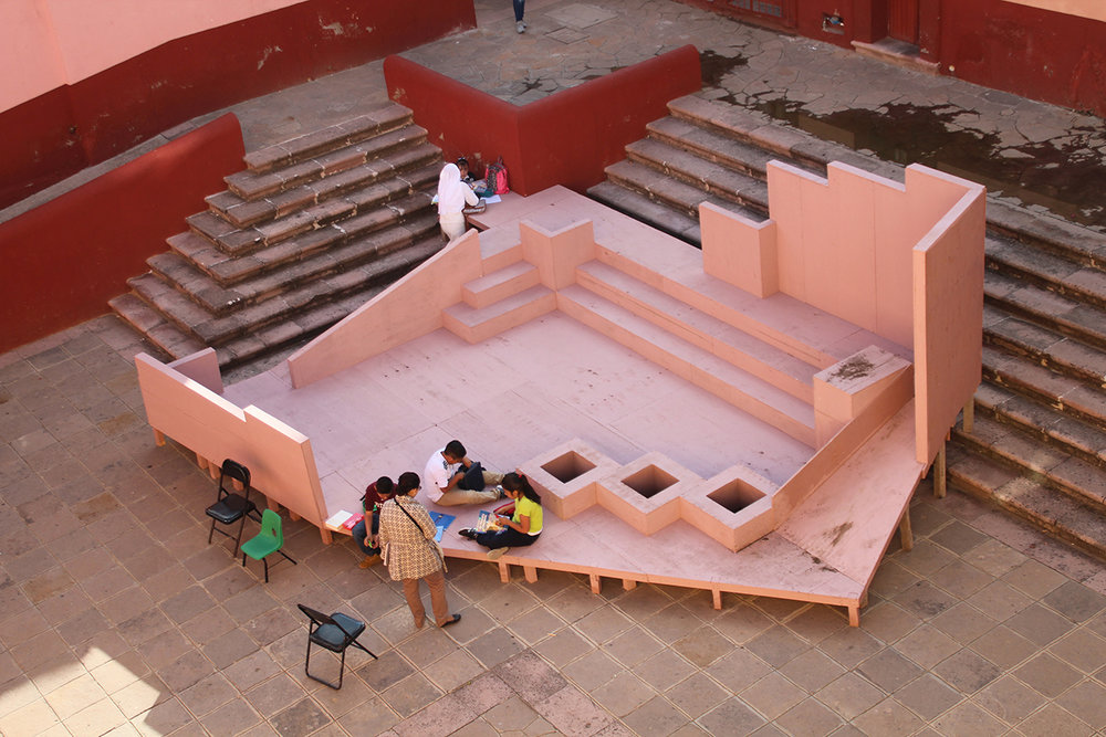 Rita Ponce de León,  ¿Cómo transformar una mesa en una plaza? , en colaboración con Pablo Pérez Palacios. Cortesía de Bienal FEMSA.