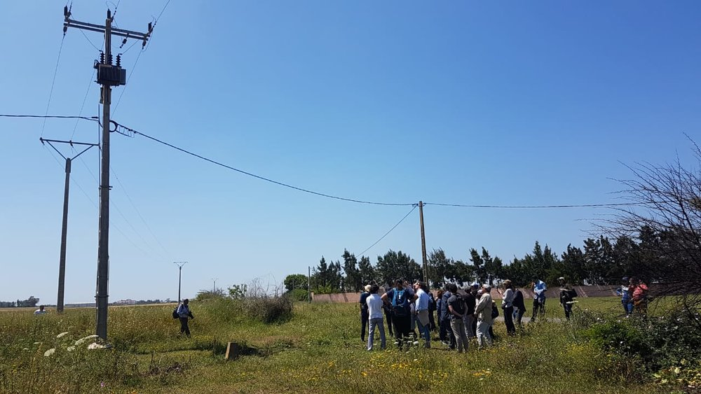 Une visite sur le terrain pour voir des exemples de poteaux de lignes électriques dangereux pendant l'atelier de deux jours à rabat.