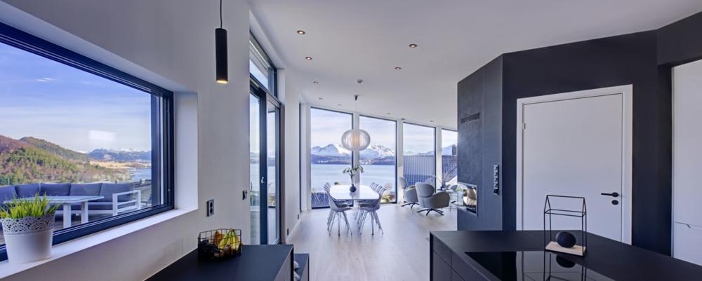 FUNKISHUSET ALLE SNAKKER OM  Vi har fått så mange flotte tilbakemeldinger etter vi flytta inn her. Folk blir veldig overrasket når de kommer opp i tredje etasje og ser den ekstremt flotte utsikten, sier Eli Karin. Huset som er designet og bygget av Fylling & Bjørge.