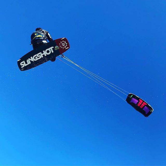 Ryan flying high above the #squamishspit again! 🇨🇦🦅 #majesticfreakbeast #soaring #squamish #veteran #kiteboarding #ptsdawareness #bcas #firefighter #slingshot #rpm #mentalhealth #specialforces #operator #canadianarmy #bigair #adventuretherapy #adventureistheanswer