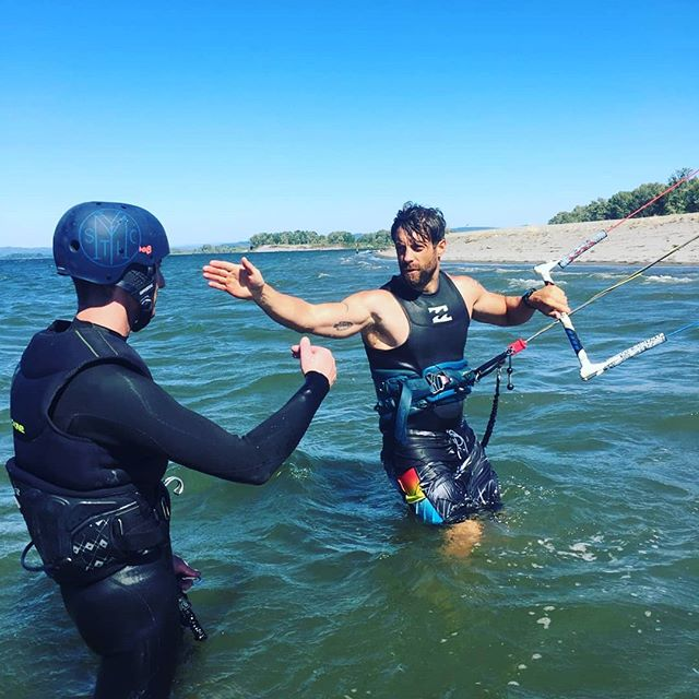 Chris getting his first shot at kiteboarding at Jones beach Oregon. He absolutely killed it!!!🤙#adventureistheanswer #veteran #veterans #squamishlife #canadianarmedforces #firstresponders #ptsdrecovery #ptsdawareness #kiteboarding #kitesurfing #squamishkiteboarding #veteranskiteboarding  #combatengineer #firefighter #paramedics #policeofficer #emslife #rcmp #squamishlife  #squamishwindsportssociety