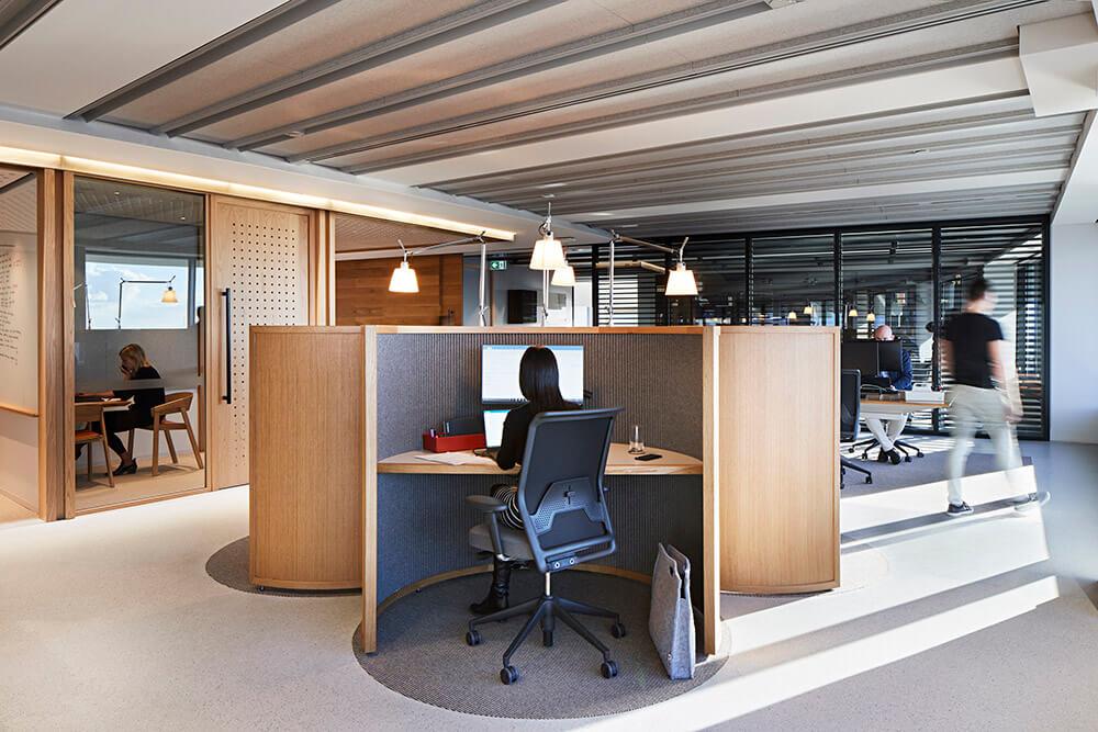 Unispace-GeorgeSt-Concrete-Overlay-Pietra-Dove_Desk.jpg
