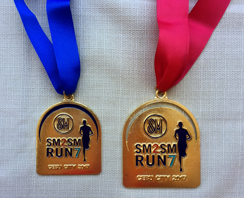 The blue medal is for the 12k while the red is for the 21k finishers.
