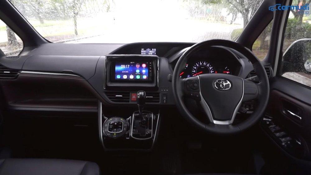 Penampakan desain interior Toyota Voxy 2018 dengan beberapa aksen piano black dan bahan kulit.