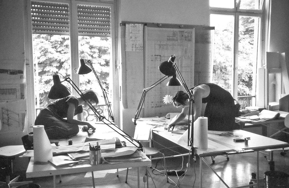 Ingeborg Kuhler - Mitarbeiterinnen im Büro: Ruth Jureczek/ Irene Keil, 1986. Photo: Marina Auder.