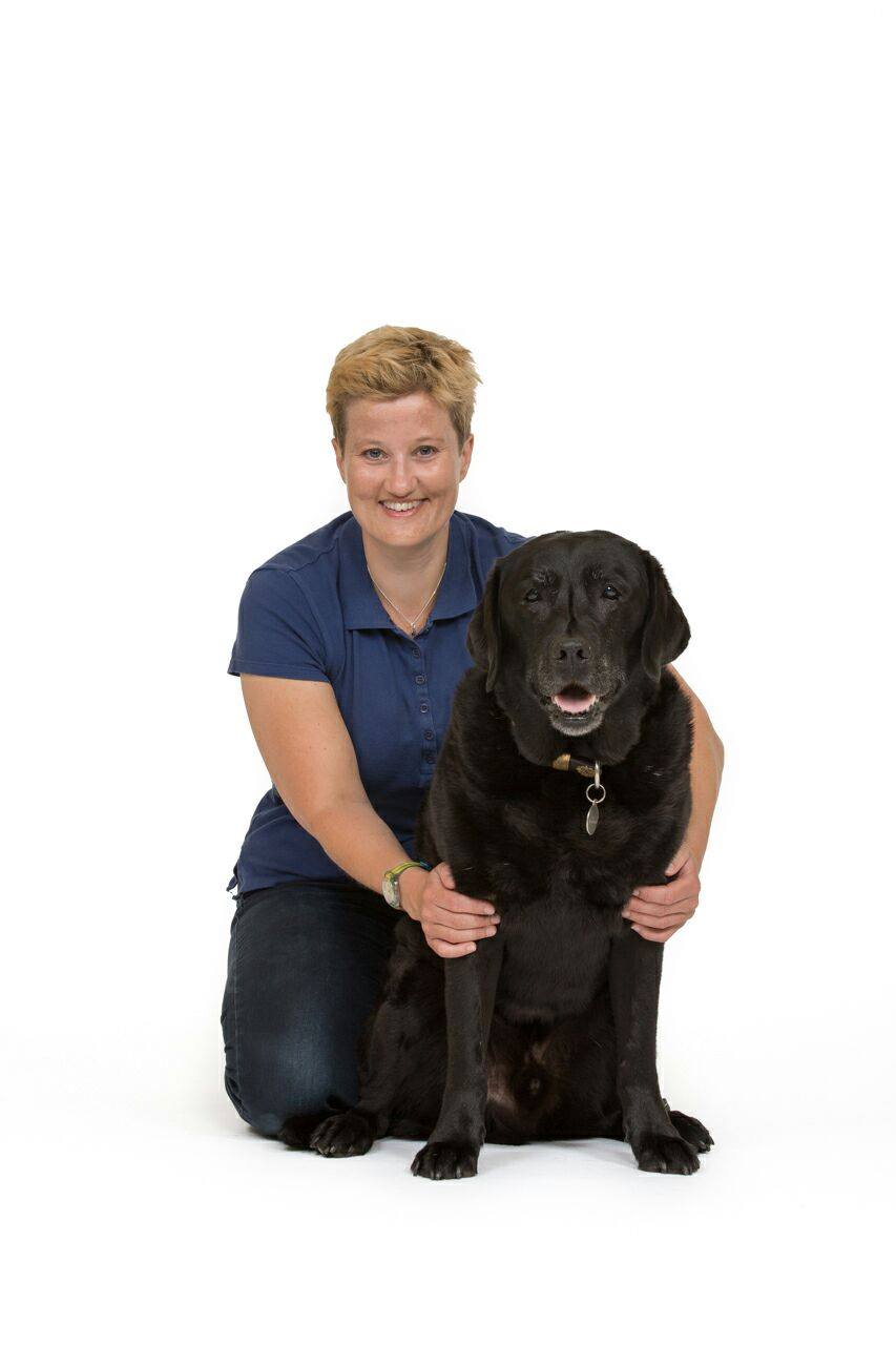 Maxine Peeters - Ik ben Maxine Peeters. Ik ben in 2002 afgestudeerd aan de faculteit diergeneeskunde in Utrecht, hierna heb ik bijna een jaar op de anesthesie afdeling van de universiteiskliniek voor gezelschapsdieren gewerkt, hier heb ik heel veel kennis en ervaring opgedaan met betrekking tot anesthesie en goede pijnstilling tijdens en na operaties, ook was ik daar lid van het reanimatie team. Hierna heb ik 5,5 jaar in een gezelschapsdierenkliniek in Castricum, 6,5 jaar in een gezelschapsdierenkliniek in Hellevoetsluis en bijna 2 jaar in een grote gezelschapsdierenkliniek in Waalwijk gewerkt. Ik heb in deze 15 jaren veel ervaring en kennis op gedaan, waardoor uw huisdier in goede handen is. Verder kunt u mij in de bossen of duinen wandelend tegenkomen met mijn zwarte labrador Joris.