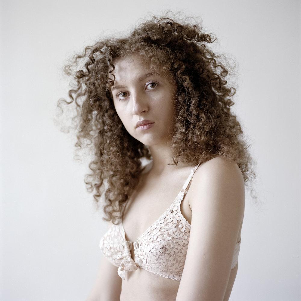 Het portret - Laila Mubarak, Het portret, uit de serie Zoals zij is, 2018C print (chromogene afdruk op PE-papier), ed. 5 + 2 AP, 50 x 50 cm (beeld 40 x 40 cm)€ 1320,- incl. btw, lijst Amerikaans noten & art glass, certificaat van authenticiteit