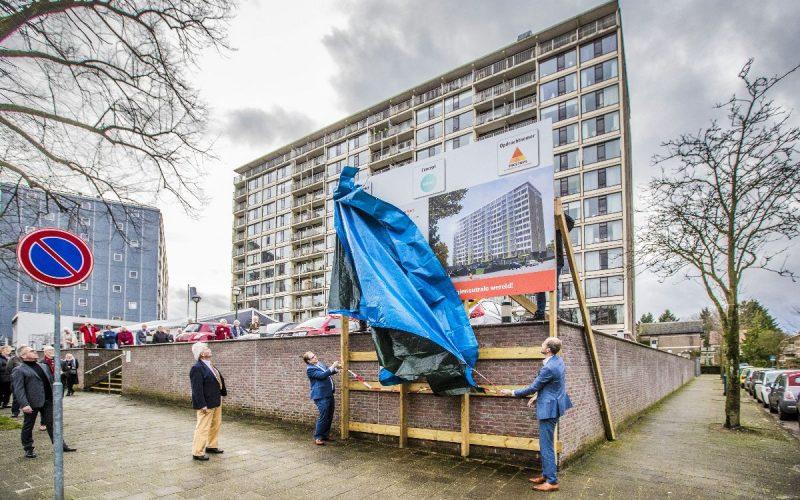 De onthulling van het bouwbord, met v.l.n.r. Ton Baas (voorzitter VvE Lindenhove), Mark Sandmann (wethouder gemeente Apeldoorn), Jacco Rodenburg (Provincie Gelderland). foto Rob Voss