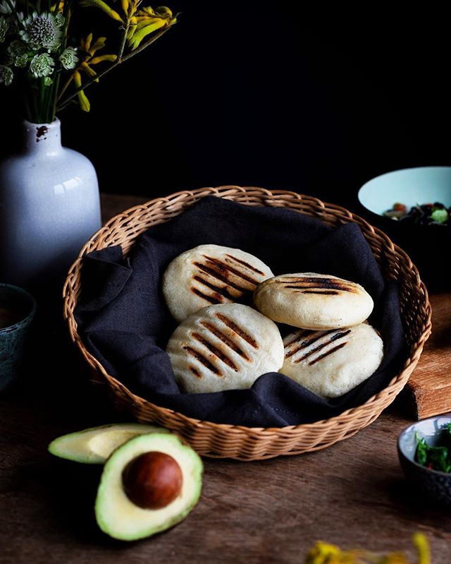 Venezuelan breakfast!🤩🖤✨At any time, hour or season, this is, 80% of the time, my breakfast during the year....never getting tired of it 😅! Who has tried arepas already? And who loved them too? 💥🤤 btw they are gluten free and vegan too! Yum 🤤👌🏽 Good morning everyone ✨ #Venezuela