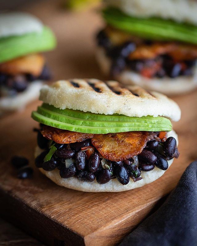 Arepas with black beans, fried plantains and avocado! 🤤 Arepas are my favorite breakfast, and the one I make almost every morning before going to work! 🤤🖤Arepas-lover for life!😎💪🏽💥 Good morninnnnnng everyone! ✨ have an amazing week my friends!