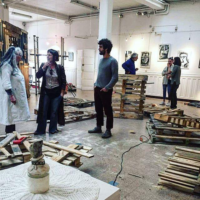 L'équipe au travail pour le montage de l'exposition de Karolinda. Venez nombreux au vernissage le 19 avril à 18h30. #art #artbrut #centredart #artcenter #exhibition #exposition #vernissage #galerie #gallery #artexhibition