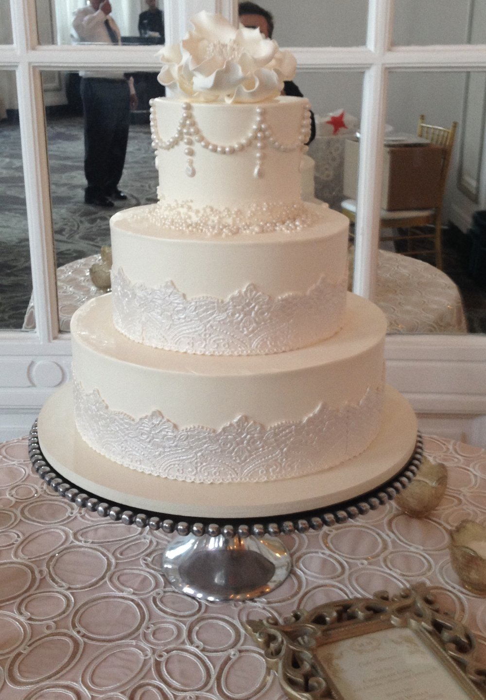 wedding cake - Lace and pearls.jpg