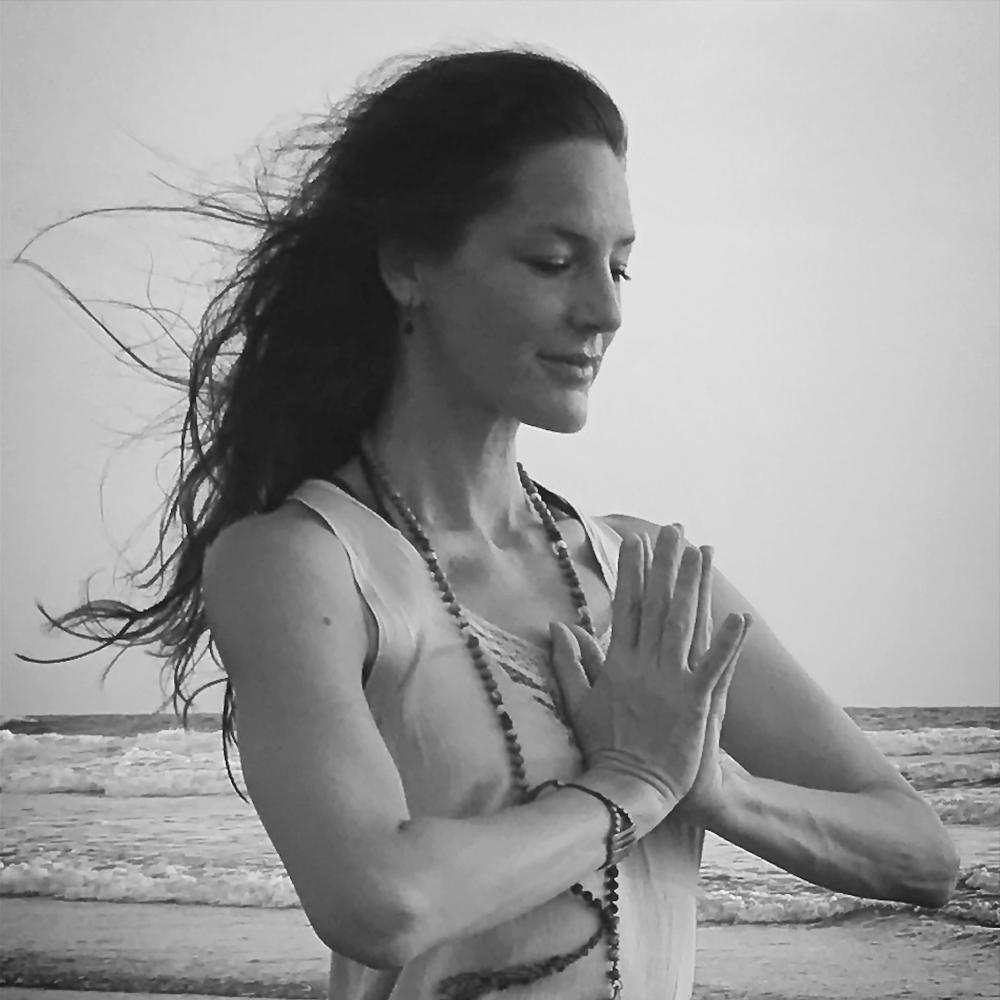 """Nathalie Nobs - Pranayama, Subtle Anatomy, Yoga Nidra   Nathalie ist in Zürich aufgewachsen und hat in Ihrer damaligen Tätigkeit als Hair & Makeup Artist früh angefangen zu reisen und lebte einige Jahre in Paris. Nathalie fand den ersten tieferen Zugang zu Yoga in Sydney, wo sie neben ihrer Arbeit, ein erstes intensives Training in Astanga Yoga anfing. In Paris übte sie weiterhin Astanga bei Caroline Boulignez. 2003 entschied sich Nathalie für eine 4-jährige Ausbildung bei Doris Echlin, in Hathayoga."""" Nathalie unterrichtet seit 2005 Kurse, Retreats und Workshops. Neben dem körperlichen als auch philosophischen Aspekts des Hathayoga , ist sie vor allem durch die tiefgreifende Erfahrung und Arbeit mit Pranayama geprägt, welche sie Dank der Hilfe von Ihren Lehrern erfahren durfte.  Die Arbeit mit der bewussten Atmung, ist für Nathalie untrennbar mit Yogaerfahrung verbunden, und so fliessen diese Eindrücke automatisch in ihren Unterricht ein. Dieses Bewusstsein des Atems in der Asanapraxis, bereitet den Uebenden vor, später die Verbindung des Atems zum feinstofflichen Gebiet (Pranavidya) zu nutzen."""