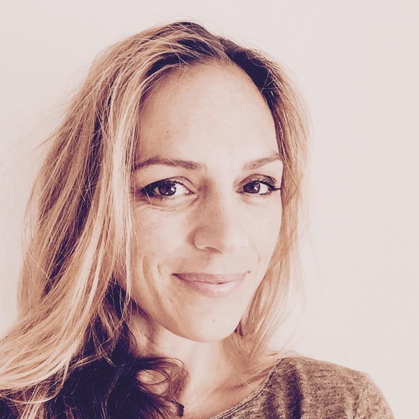 Liliane Meier   Liliane begann ihre Yoga Praxis in 2003, während sie mit ihrer ersten Tochter schwanger war. Sie hat durch Yoga ihre Stärke, Atmung, Geduld und Ausdauer kennengelernt.   Diese Vitalität und das Gefühl alles erreichen zu können, sich selbst zu spüren und zu verbinden, veranlasste Liliane die Yoga Ausbildung 200 Std. bei  Yogalives.ch  abzuschliessen wie auch eine Kinderyoga Ausbildung bei Thomas Bannenberg. Liliane Meier gründete 'Little Yoga' in 2013, wo sie Yogaklassen, Workshops und Ferien für Kinder, Teens und Familien anbietet.   www.littleyoga.ch