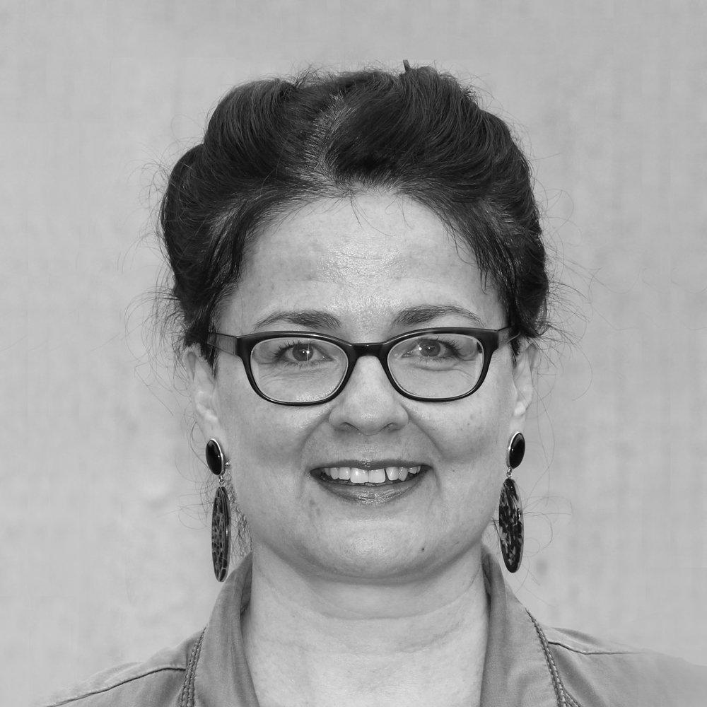 Dr. Annemarie Mertens - Yoga Philosophie   In ihrer Jugend, ist Annemarie mit ihrem Vater mehrfach durch Indien gereist. Schon damals fasste sie den Entschluss, sich später einmal intensiv mit diesem Land zu befassen und Indologin zu werden. Nach dem Studium der Indologie,Vorderasiatischen Archäologie und Philosophie in Münster/ Westfalen kam sie 1997 an die Universität Zürich.Heute ist sie als wissenschaftliche Mitarbeiterin am Asien-Orient-Institut tätig.  Annemarie gibt Sprach- und Lektürekurse sowie Seminare zur indischen Kulturgeschichte – z.B. zur Religion, Philosophie, Literatur und Gesellschaft. In der Yogalives-Ausbildung möchte Annemarie den künftigen Yoga-Lehrenden einen fundierten Überblick über massgebliche historische Hintergründe sowie zentrale Erscheinungsformen und Konzepte der Yoga-Tradition geben. Dies soll den Lernenden helfen, einen persönlichen Zugang zu den für ihre erfolgreiche Berufstätigkeit grundlegenden indischen Texten und Lehren zu finden