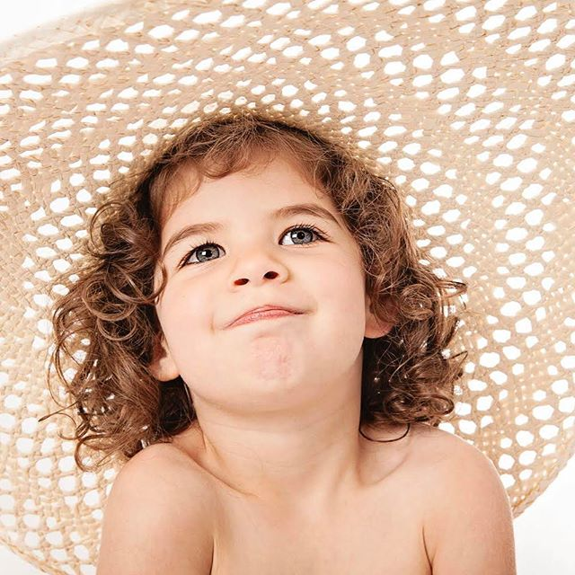 Rock a sun hat , handy in this weather 💛😎💛 #familyphotos #familyphotoshoot #familyphotography #familyphotographysurrey #familyphotographywaltononthames