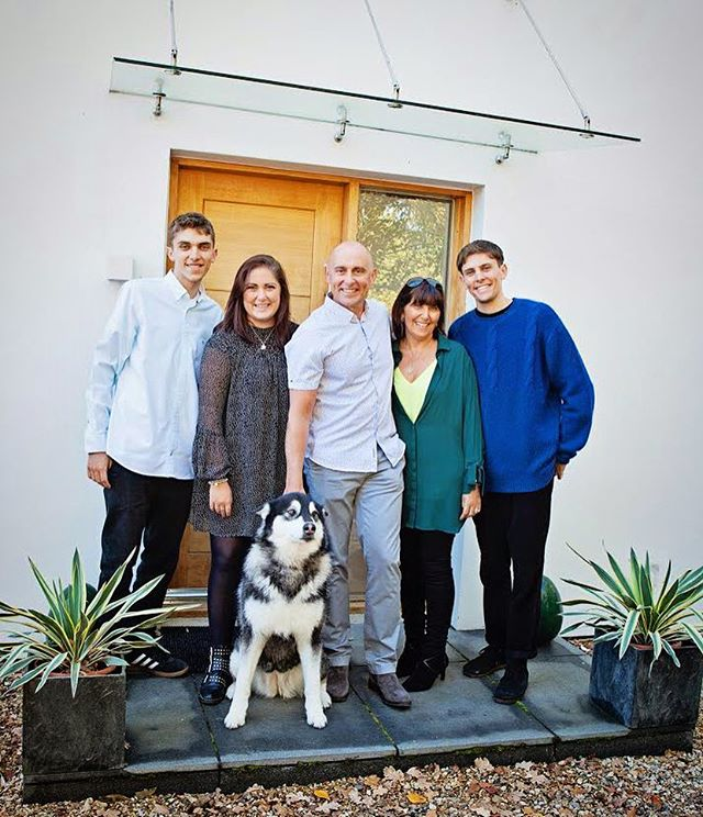 💗 What's even better than A front door family pic ? A front door family pic with your dog 🐶 💗 #familyphotography #familygoals #familyphotoshoot #familydog #surreyfamilyphotographer