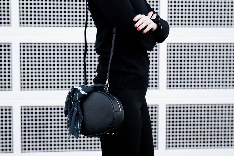 noa-noir-fashion-outfit-all-black-minimal-style-inspiration-monochrome-look-marble-scarf-minimalist-blogger-1.png