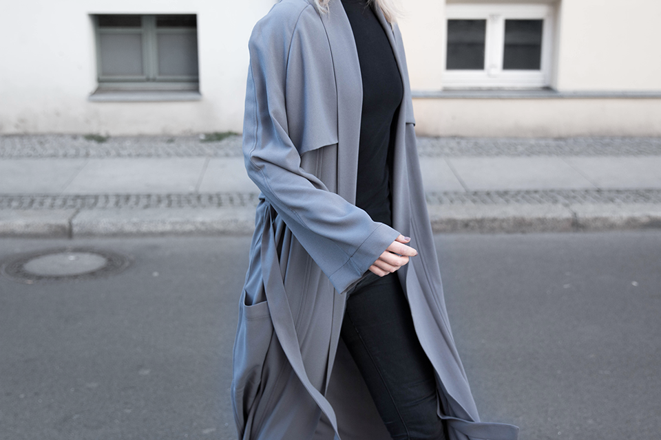 noa-noir-fashion-outfit-all-black-house-of-sunny-trenchcoat-minimal-streetstyle-inspiration-2.png