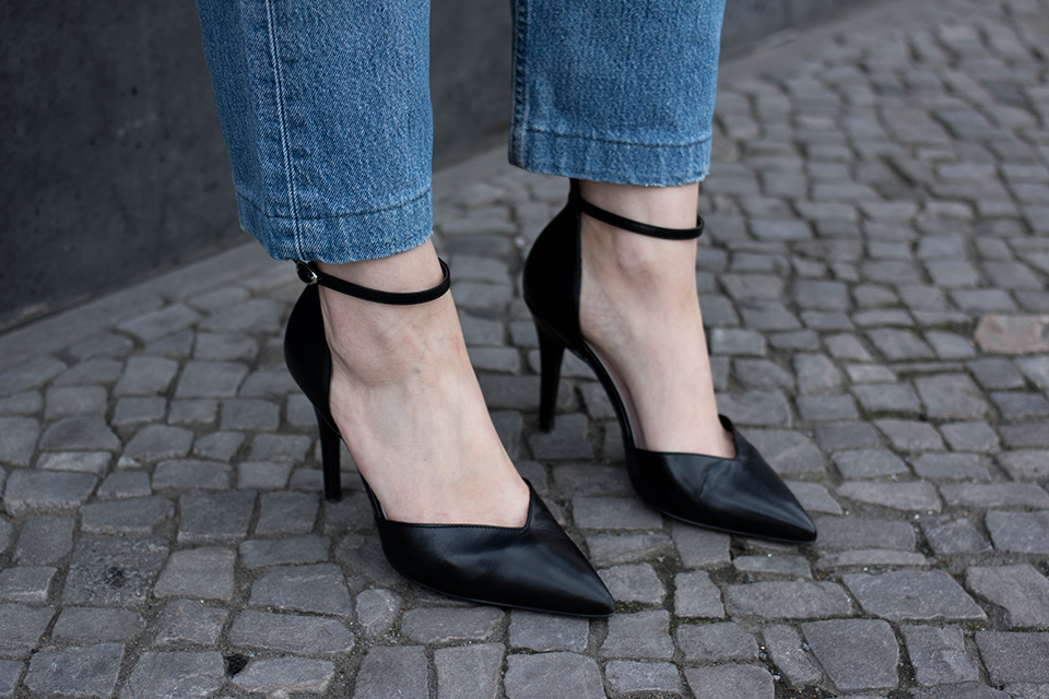 noa-noir-fashion-outfit-vintage-levis-501-all-black-ankle-strap-heels-scandinavian-style-5.png