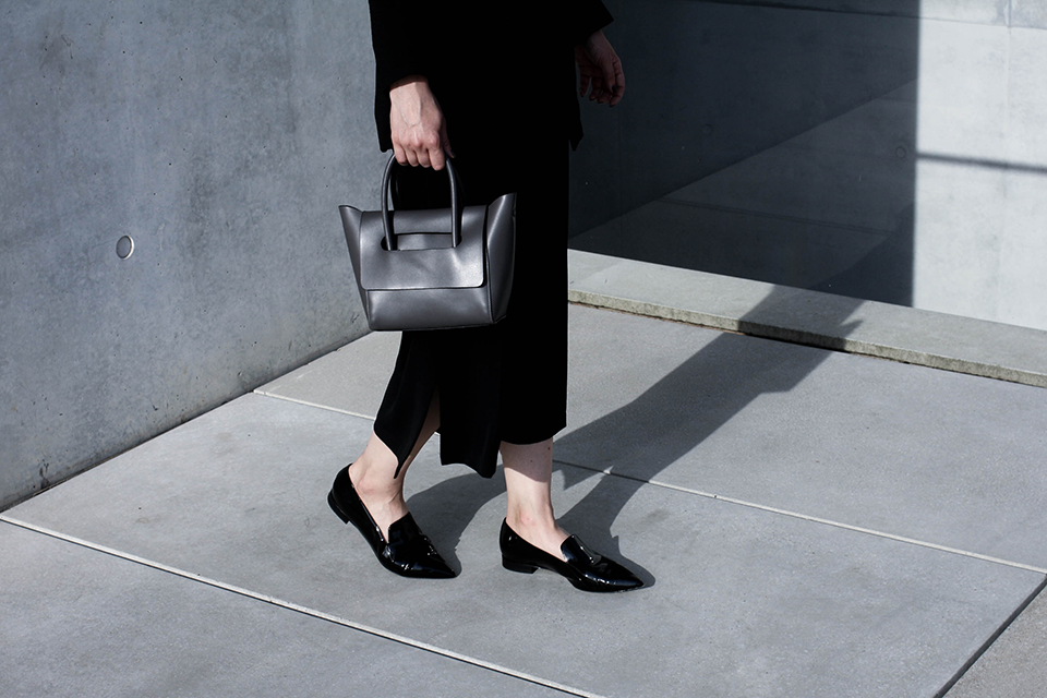 noa-noir-fashion-outfit-monochrome-spring-style-inspiration-patent-loafers-mini-bag-2-2.png
