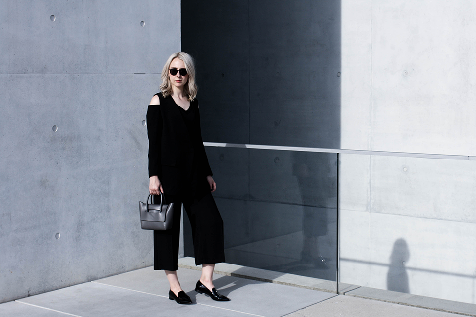 noa-noir-fashion-outfit-monochrome-spring-style-inspiration-patent-loafers-mini-bag-3-3.png