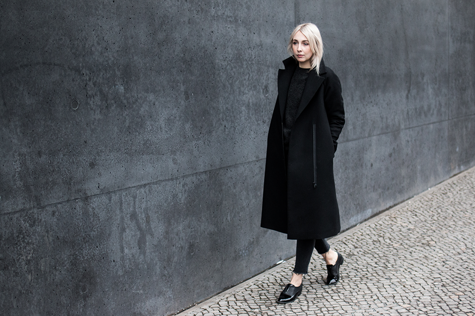 noa-noir-fashion-outfit-fringed-cropped-denim-all-black-minimal-streetstyle-inspiration-silver-blonde-hair-1.png
