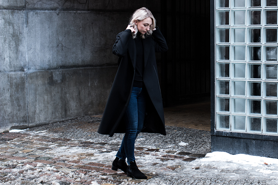 noa-noir-fashion-outfit-all-black-blue-frayed-denim-boots-cos-winter-berlin-streetstyle-1.png