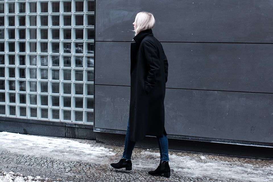 noa-noir-fashion-outfit-all-black-blue-frayed-denim-boots-cos-winter-berlin-streetstyle-3.png