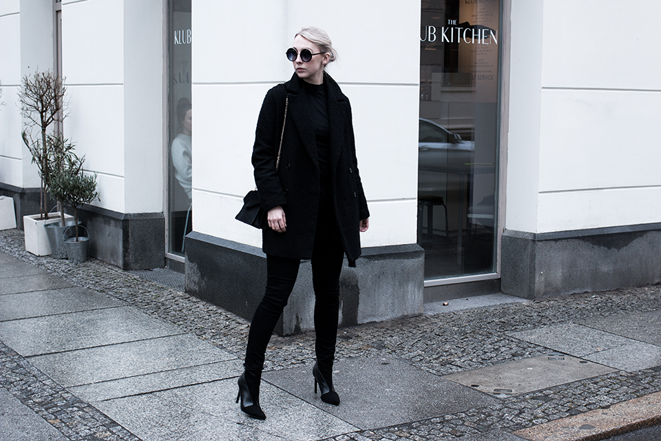 noa-noir-fashion-outfit-all-black-minimal-french-paris-streetstyle-inspiration-round-sunglasses-3.png