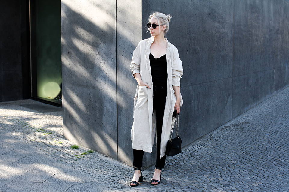 noa-noir-fashion-outfit-monochrome-minimal-spring-outfit-closed-archive-collection-trenchcoat-4.png