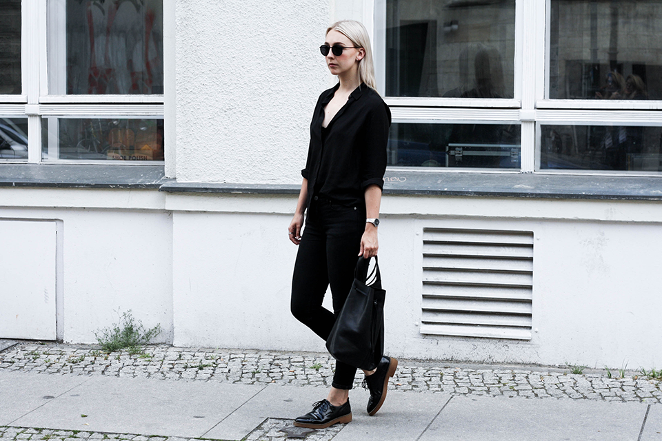 noa-noir-fashion-outfit-minimal-monochrome-all-black-spring-streetstyle-1.png
