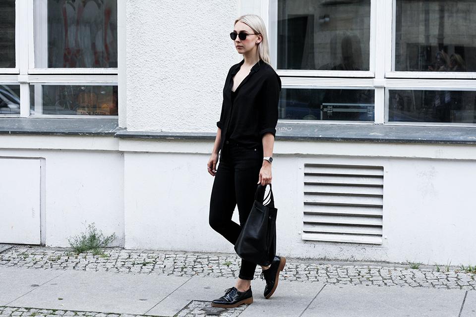 noa-noir-fashion-outfit-minimal-monochrome-all-black-spring-streetstyle-1.png