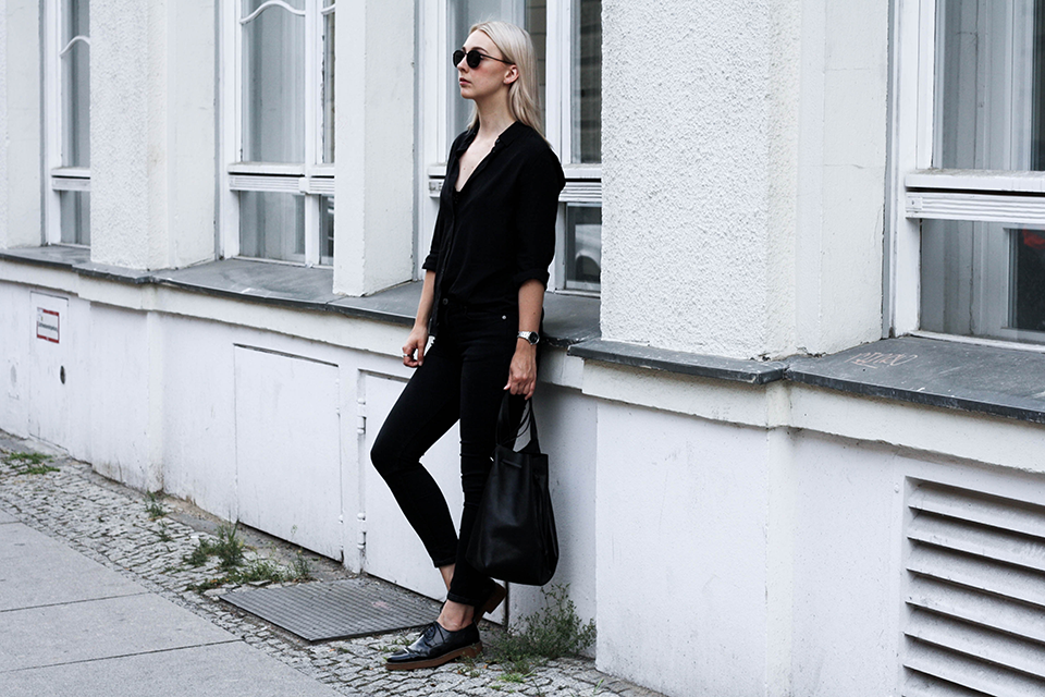noa-noir-fashion-outfit-minimal-monochrome-all-black-spring-streetstyle-4.png