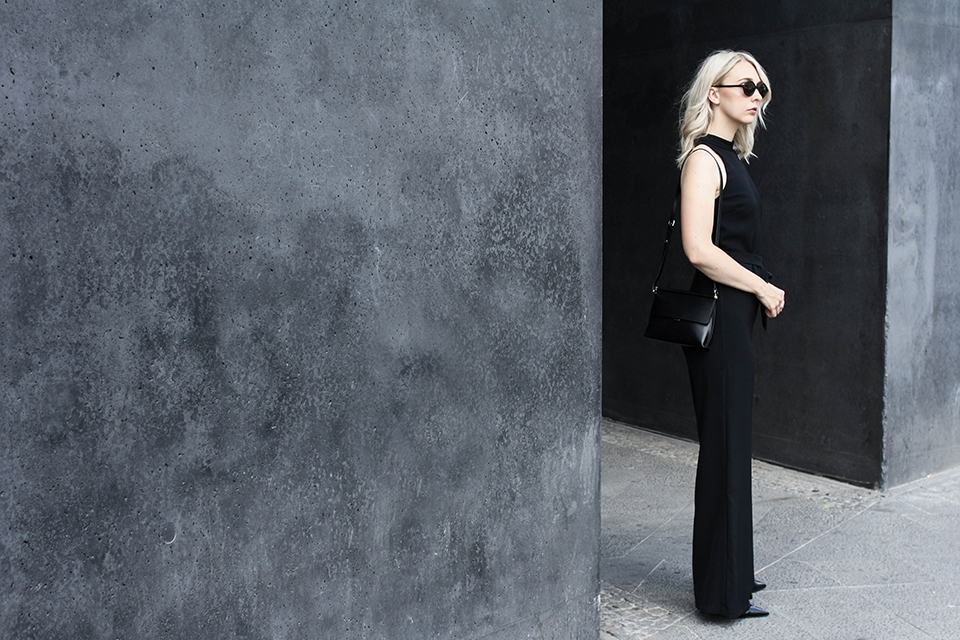 noa-noir-fashion-outfit-minimal-all-black-summer-streetstyle-jumpsuit-1.png