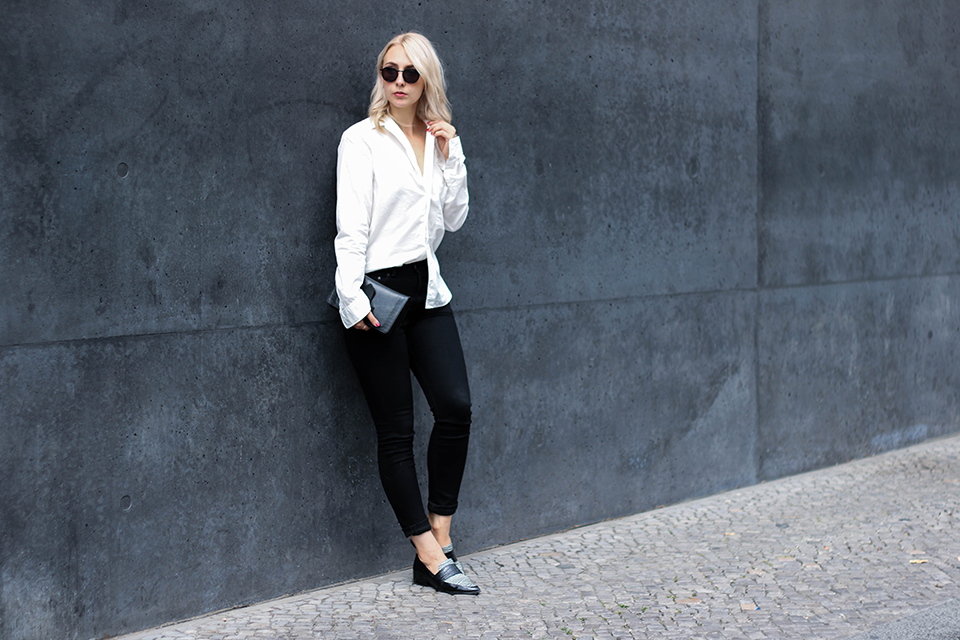 noa-noir-fashion-outfit-monochromatic-minimal-streetstyle-inspiration-oversized-sleeves-loafers-1.png