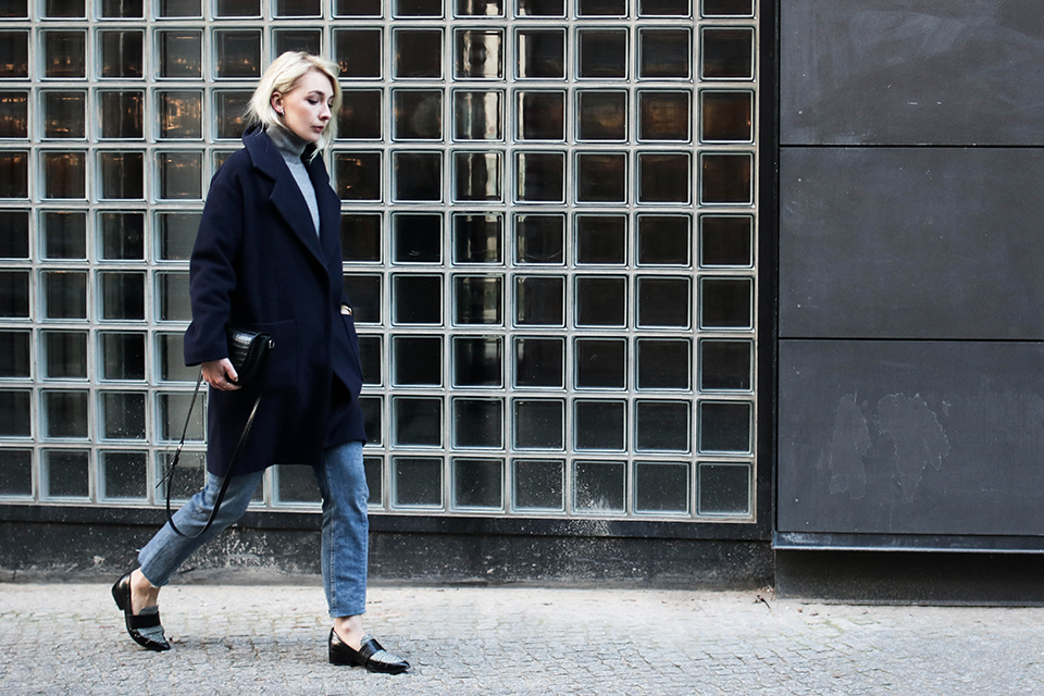 noa-noir-fashion-outfit-minimalist-streetstyle-inspiration-blue-and-grey-lala-berlin-coat-loafers-3.png