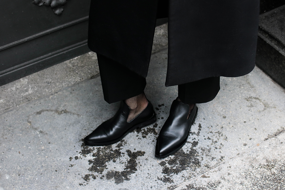 noa-noir-fashion-outfit-minimal-monochrome-winter-berlin-streetstyle-all-black-layers-fishnet-socks-trend-2.png