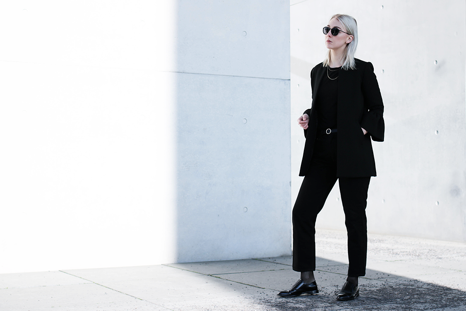 noa-noir-fashion-outfit-all-black-monochrome-minimal-inspiration-architecture-photography-2-5.png