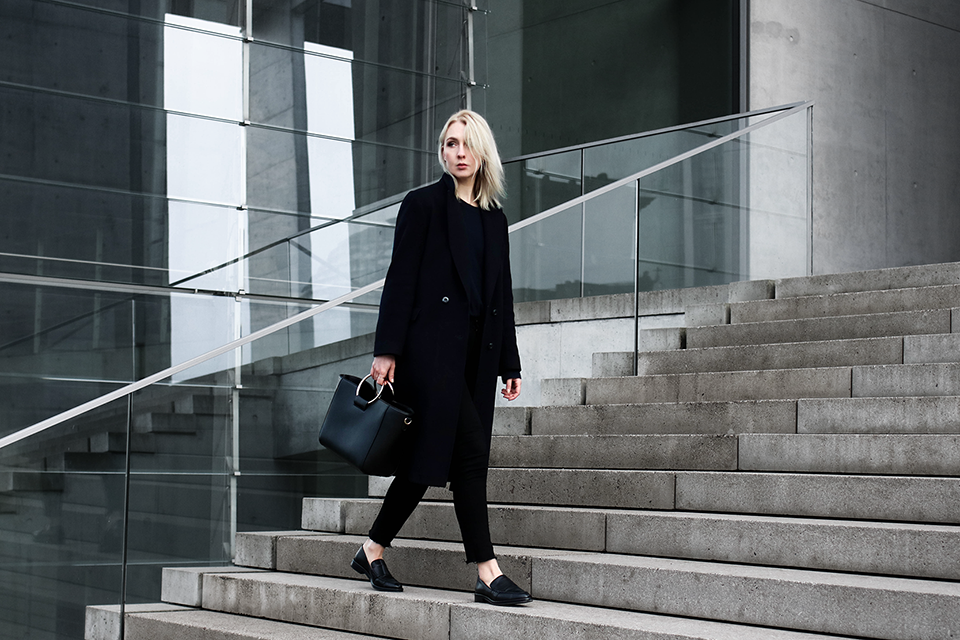 noa-noir-fashion-outfit-monochromatic-navy-black-look-with-loafers-metall-ring-purse-3.png
